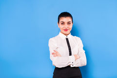 Affärskvinna i formella kläder på blå bakgrund arkivfoto