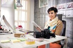 Affärskvinna i formgivarestudio på arbete Arkivbilder