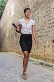 Affärskvinna i gränd Royaltyfri Bild