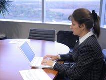 Affärskvinna i kontoret royaltyfri fotografi