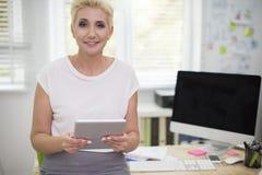 Affärskvinna i kontoret Fotografering för Bildbyråer