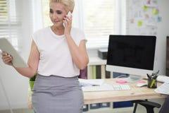 Affärskvinna i kontoret Arkivbilder
