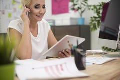 Affärskvinna i kontoret Royaltyfria Bilder