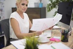 Affärskvinna i kontoret Royaltyfri Bild