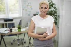 Affärskvinna i kontoret Arkivbild