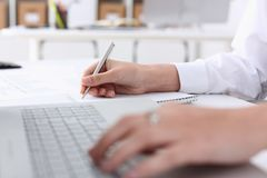 Affärskvinna i kontorshållhanden på bärbara datorn Arkivfoto