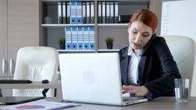 Affärskvinna i kontorsmultitaskingen stock video