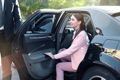 Affärskvinna i lyxig bil royaltyfria bilder