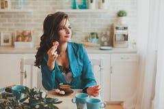 Affärskvinna i morgonen i köket royaltyfria bilder