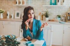 Affärskvinna i morgonen i köket fotografering för bildbyråer