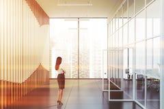 Affärskvinna i panorama- kontorslobby royaltyfri bild