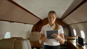 Affärskvinna i privat stråle för luft som surfar internet på det digitala blocket stock video