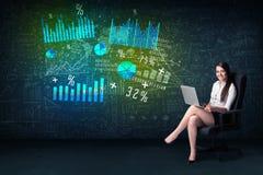 Affärskvinna i regeringsställning med bärbara datorn i hand och tekniskt avancerad graf royaltyfria bilder