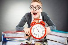 Affärskvinna i regeringsställning med den stora röda klockan Arkivbilder