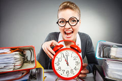 Affärskvinna i regeringsställning med den stora röda klockan Royaltyfria Foton