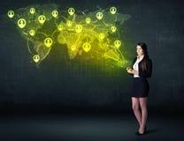 Affärskvinna i regeringsställning med minnestavlan och den sociala nätverksvärldskartan Arkivbilder