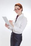 Affärskvinna i regeringsställning med papper, htb och exponeringsglas Royaltyfria Foton