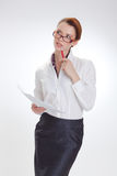 Affärskvinna i regeringsställning med papper, htb och exponeringsglas Arkivfoton
