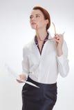 Affärskvinna i regeringsställning med papper, htb och exponeringsglas Royaltyfri Foto