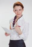 Affärskvinna i regeringsställning med papper, htb och exponeringsglas Arkivbild