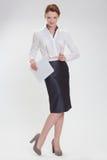 Affärskvinna i regeringsställning med papper, htb och exponeringsglas Royaltyfri Fotografi