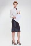 Affärskvinna i regeringsställning med papper, htb och exponeringsglas Royaltyfria Bilder