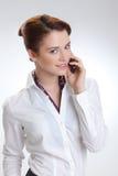 Affärskvinna i regeringsställning med telephon Royaltyfri Foto