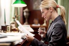 Affärskvinna i regeringsställning som arbetar på skrivbordet Royaltyfri Fotografi