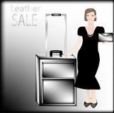 Affärskvinna i svart klänning med pärlor i en hand som rymmer en läderpåse i det annat lädersvartfallet Royaltyfri Bild