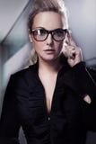 Affärskvinna i svarta exponeringsglas Royaltyfria Bilder
