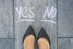 Affärskvinna i svarta skor Arkivfoton