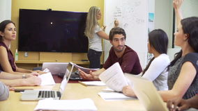 Affärskvinna Leading Brainstorming Session med kollegor arkivfilmer
