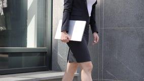 Affärskvinna Leaving, når att ha arbetat på bärbara datorn arkivfoton