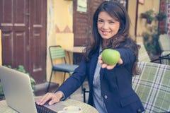 Affärskvinna med äpplet i hand close upp royaltyfria bilder