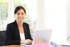 Affärskvinna med bärbara datorn. Arkivbilder