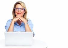 Affärskvinna med bärbara datorn. Fotografering för Bildbyråer