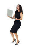 Affärskvinna med bärbara datorn arkivfoto