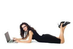 Affärskvinna med bärbara datorn arkivbild