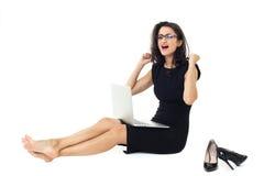 Affärskvinna med bärbara datorn royaltyfri fotografi