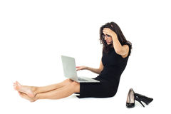 Affärskvinna med bärbara datorn som isoleras på vit bakgrund arkivfoto