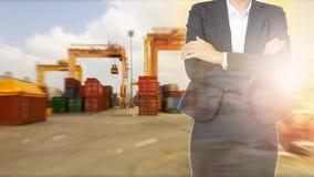 Affärskvinna med behållaren om import- och exportskeppet royaltyfria foton