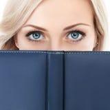 Affärskvinna med boken Royaltyfri Fotografi