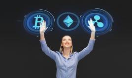 Affärskvinna med cryptocurrencyhologram royaltyfri bild