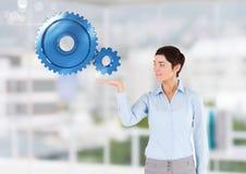 Affärskvinna med den öppna handen med kuggekugghjul Royaltyfria Bilder