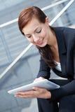Affärskvinna med den Digital tableten Arkivbilder