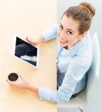 Affärskvinna med den digitalt minnestavlan och kaffe royaltyfri fotografi