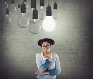 Affärskvinna med den glödande ljusa kulan Royaltyfri Foto