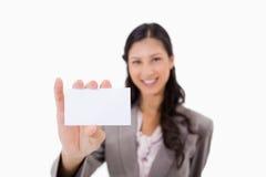Affärskvinna med det blanka affärskortet Royaltyfria Bilder