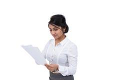 Affärskvinna med dokument Arkivbild