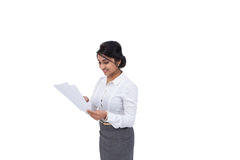Affärskvinna med dokument Royaltyfri Bild